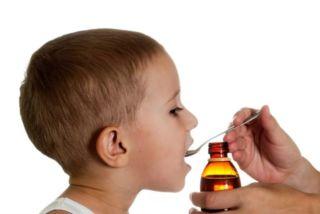 Мальчик пьет сироп Кларитин