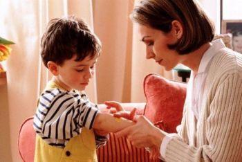 мама наносит мазь ребенку