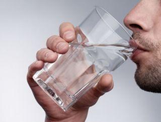 Мужчина воду пьет